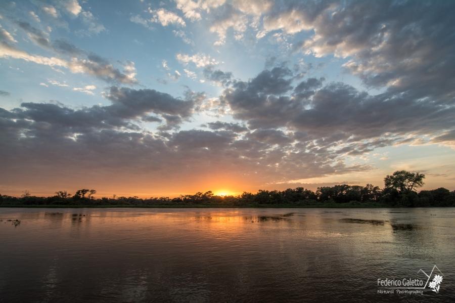 L'alba colora d'argento e rosso il fiume (foto scattata dalla finestra della camera sul barcone d'appoggio, al risveglio)