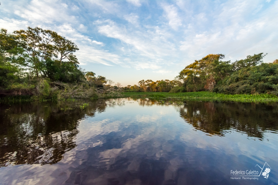 Il cielo e la vegetazione si specchiano sul Tio Tres Irmaos