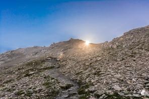 Il sole fa capolino in cresta, dopo ormai molto sudore versato nella salita