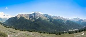 Il massiccio al gran completo, con 1,5 Km di salto verticale dalla vetta (punto più alto centrale) a Pragelato (in basso a destra)