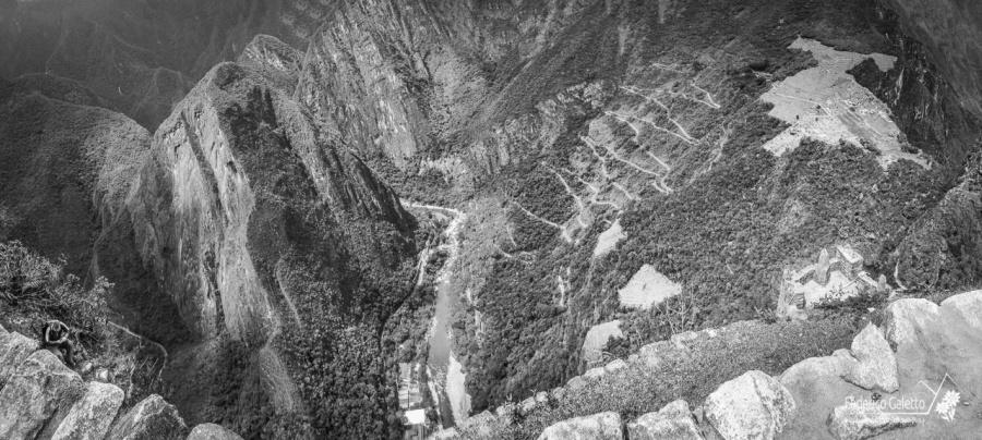 Il sito archeologico (in alto a destra) visto dalla cima dello Huayna Picchu. Si la strada di risalita che dal fondo valle porta alla città perduta