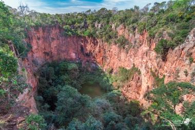 Il Buraco das Araras, un cratere formatosi a causa del collasso del suolo, divenuto la casa di moltissime specie di pappagallo grazie all'inaccessibilità delle sue pareti, dove i volatili possono nidificare indisturbati
