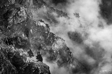 Le nebbie di Bocciarda si insinuano tra i canaloni della montagna, avvolgendone le asperità, impregnandole di mistero