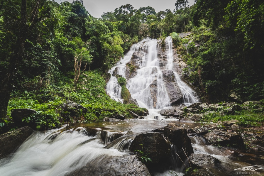 Quando la foresta si apre, lascia spazio alle imponenti cascate e ai numerosi fiumi, carichi di acqua per i temporali frequenti in questa stagione